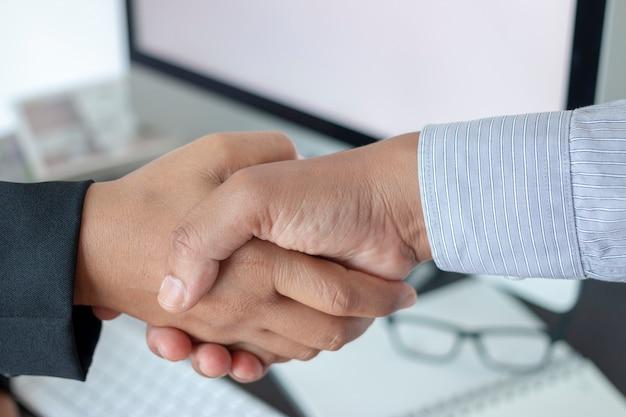 Zakenmensen handdruk groet deal concept