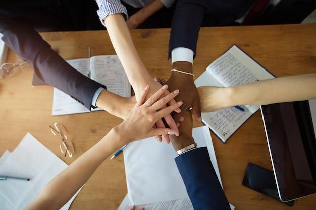 Zakenmensen handen samen op kantoor