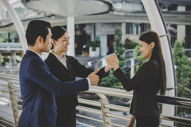 Zakenmensen handen schudden, afronding van de vergadering deals. bedrijfsconcept.