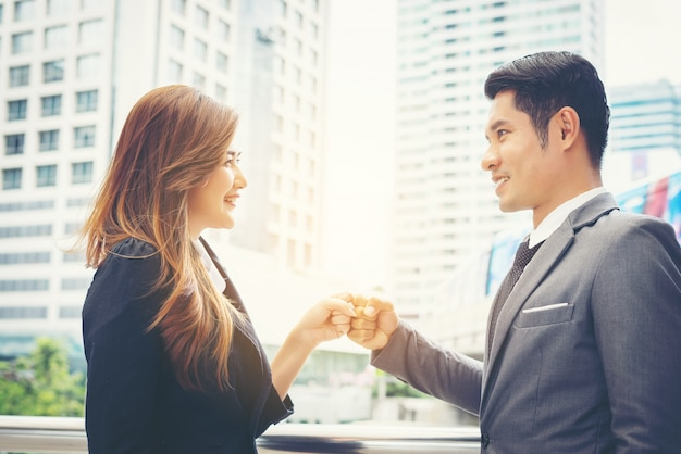 Zakenmensen hangen clasping succes vertrouwen, zelfverzekerd concept.