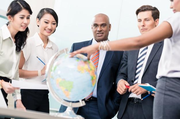 Zakenmensen in strategievergadering die nieuwe markten bespreken