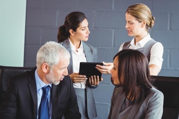 Zakenmensen interactie in vergaderruimte