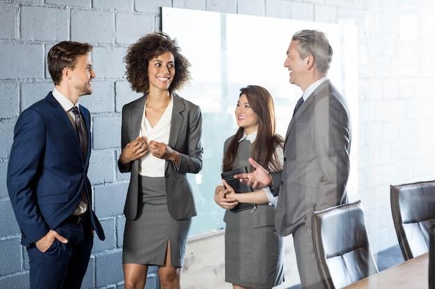 Zakenmensen interactie met elkaar in vergaderzaal
