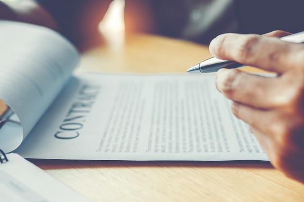 Zakenmensen onderhandelen over een contract tussen twee collega's
