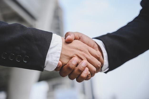 Zakenmensen schudden elkaar de hand om een zakelijk voorstel te doen ging goed