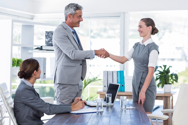 Zakenmensen schudden elkaar de hand tijdens het interview