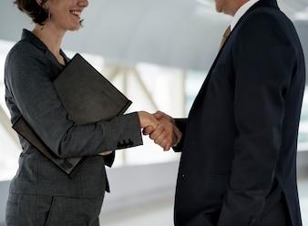 Zakenmensen schudden hand samenwerking deal