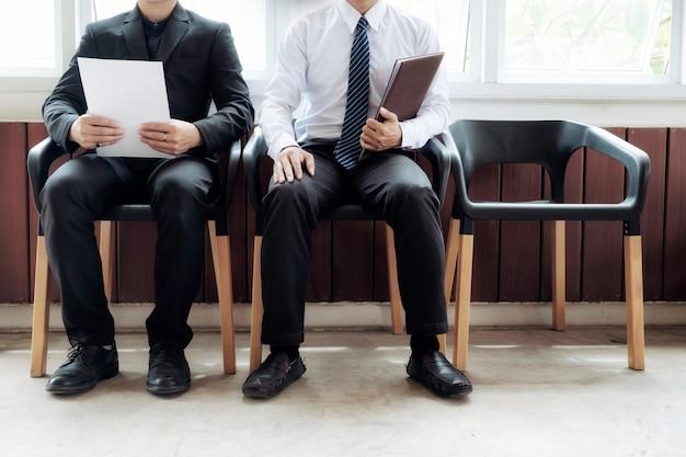 Zakenmensen wachten op een baan interview
