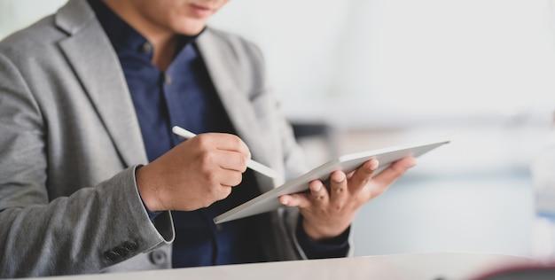 Zakenmensen werken aan zijn project met tablet in kantoorruimte