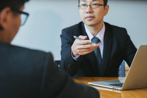 Zakenpartner die ideeën marketing plan en presentatieproject van investering bespreekt bij vergadering en het analyseren op documentgegevens. financieel en investeringsconcept.