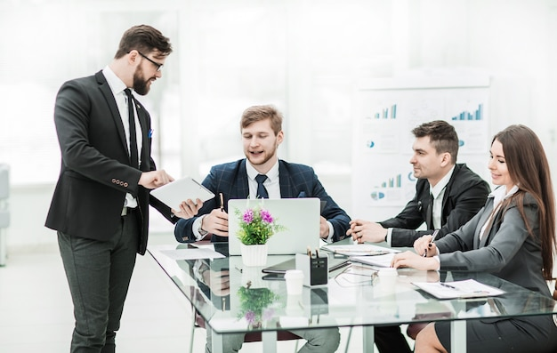 Zakenpartners bespreken de winst voordat ze het contract ondertekenen op de werkplek in een modern kantoor. de foto heeft een lege ruimte voor uw tekst