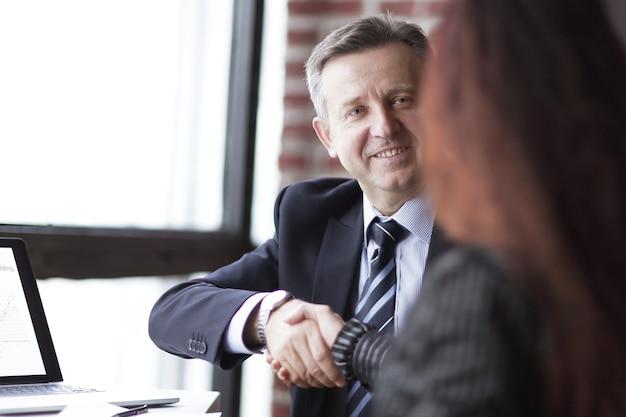 Zakenpartners door de transactie goed te keuren met een handdruk