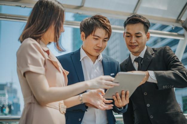 Zakenpartners met behulp van tablet tijdens vergadering