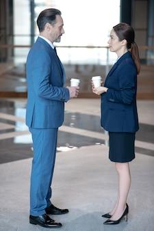 Zakenpartners met koffie op kantoor