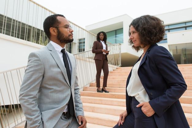 Zakenpartners of collega's die elkaar staren