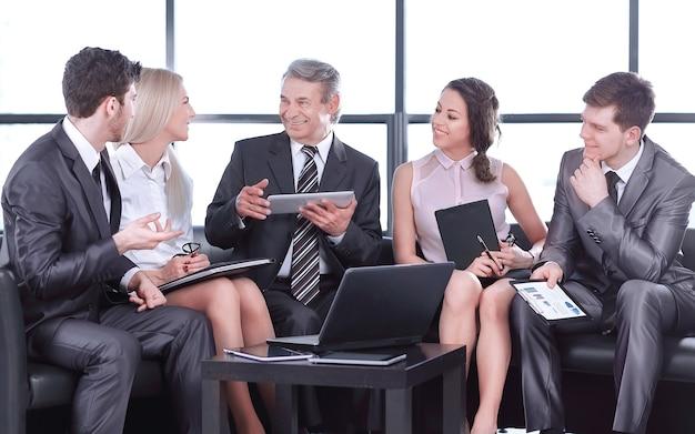 Zakenpartners op een informele bijeenkomst. het concept van een succesvol bedrijf