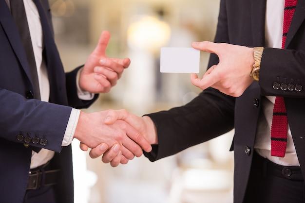 Zakenpartners veranderen visitekaartjes.