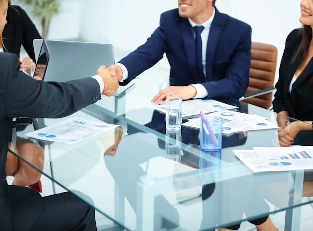 Zakenpartners zitten aan een tafel op kantoor
