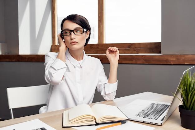 Zakenvrouw aan de balie documenten professionele baan geïsoleerde achtergrond