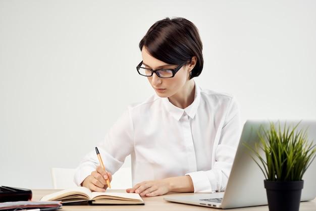 Zakenvrouw aan de balie met een bril zelfvertrouwen lichte achtergrond