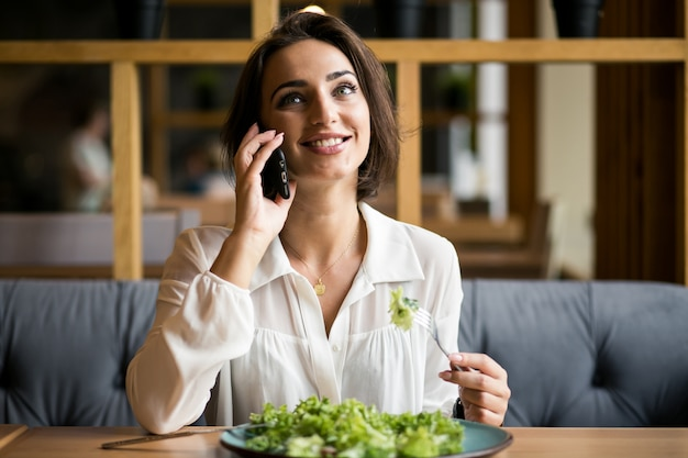 Zakenvrouw aan de telefoon