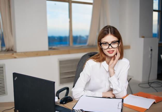 Zakenvrouw aan het werk bureau kantoor professionele secretaresse