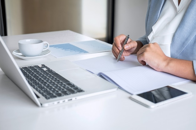 Zakenvrouw accountant financier werken audit en berekening van kosten financieel jaarverslag