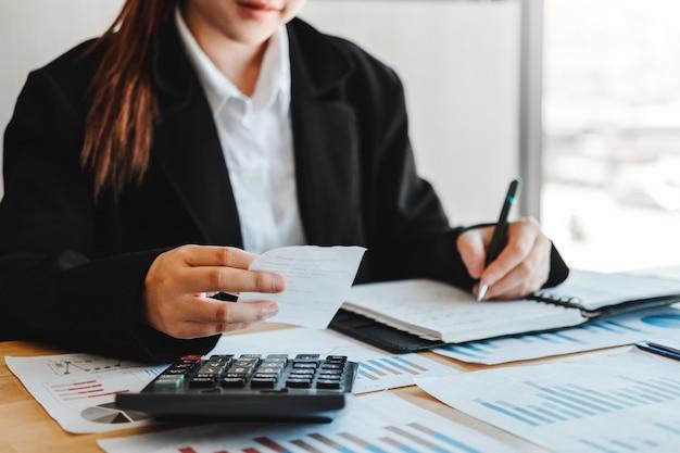 Zakenvrouw accounting financiële investeringen op rekenmachine kosten economische zaken en markt
