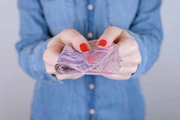 Zakenvrouw advertentie laatste pinautomaat 200 persoon mensen lenen lenen verzamelen nemen bedelen lening rekening idee papier schuld economie investering financieel concept. bijgesneden close-up foto van contant geld geïsoleerde muur