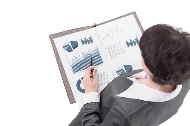 Zakenvrouw analyseren van financiële gegevens