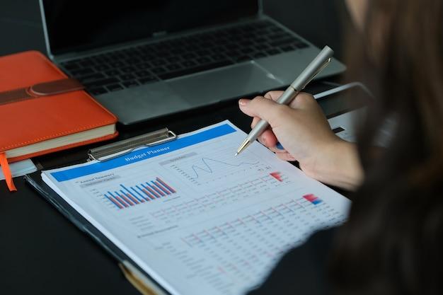 Zakenvrouw auditbegrotingsdocument van het bedrijf