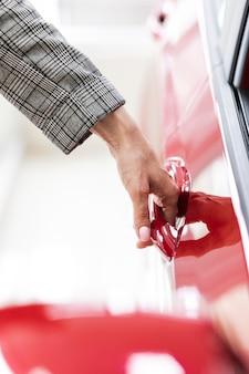 Zakenvrouw auto deur openen