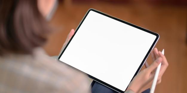 Zakenvrouw bedrijf leeg scherm tablet