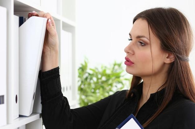 Zakenvrouw bindmiddelen vrouwelijke accountant archiveren