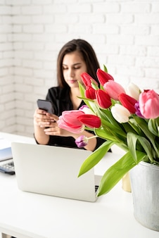 Zakenvrouw bloemist communiceren aan de telefoon