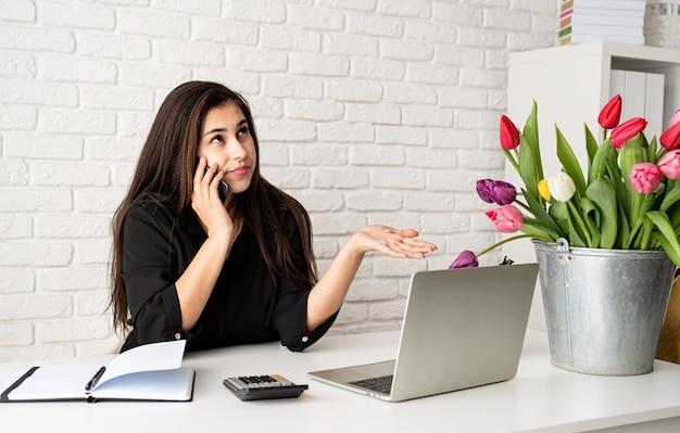 Zakenvrouw bloemist praten over de telefoon
