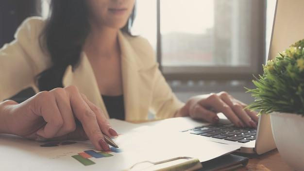 Zakenvrouw boekhouding financiële investering op rekenmachine kosten economische zaken en markt.