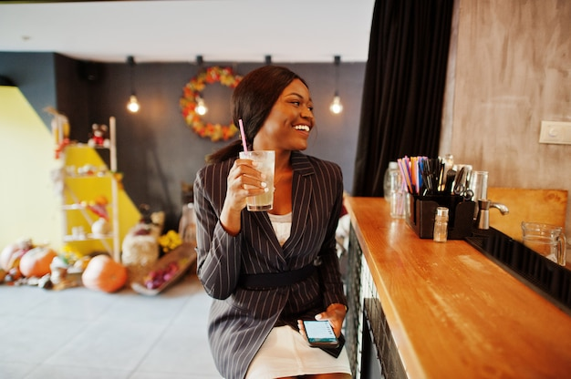 Zakenvrouw cocktail limonade drinken in café aan de bar