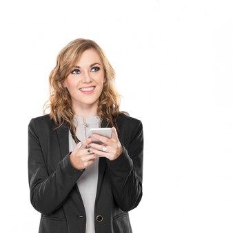 Zakenvrouw communicator gebruikt, schrijft en verzendt bericht terwijl glimlachend