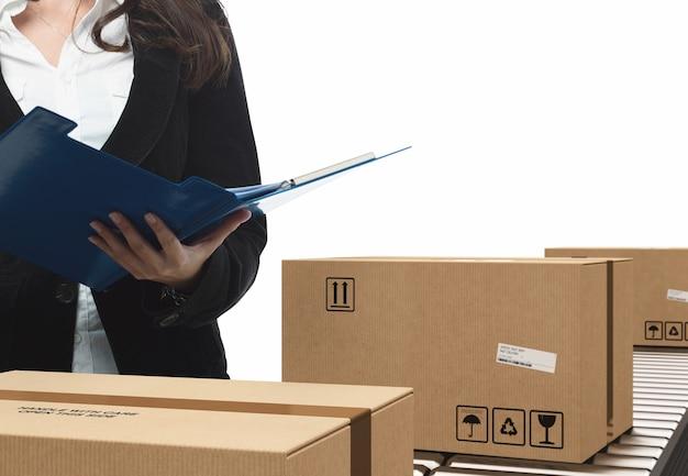 Zakenvrouw controleert gesloten kartonnen dozen en omwikkeld met lijm op de transportband.