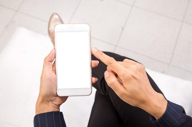 Zakenvrouw controleert haar e-mails op haar mobiele telefoon apparaat smartphone