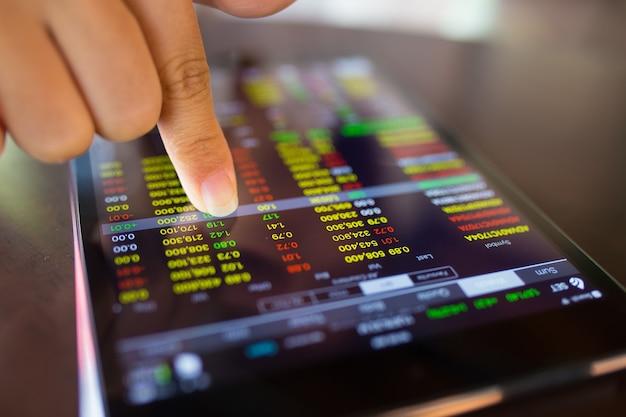 Zakenvrouw controleren gegevens in tablet
