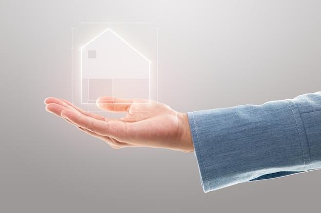 Zakenvrouw die een huisillustratie, een eigendomsverzekering en een veiligheidsconcept toont.