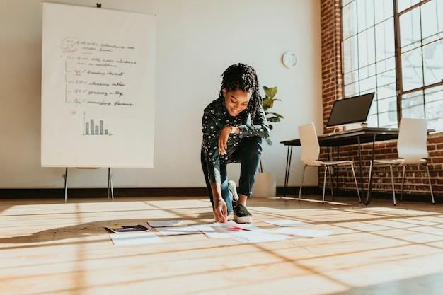Zakenvrouw die een marketingstrategie plant op een houten vloer