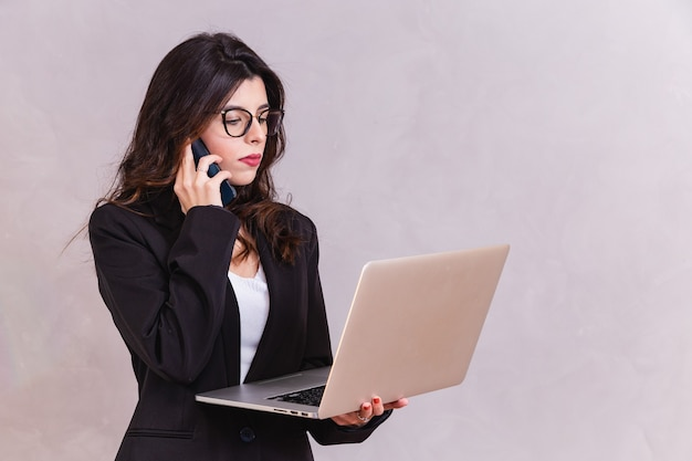 Zakenvrouw die met zijn laptop werkt