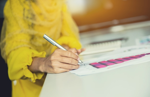 Zakenvrouw die op papier schrijft voor het plannen van een zakelijk doel en succesvol is.