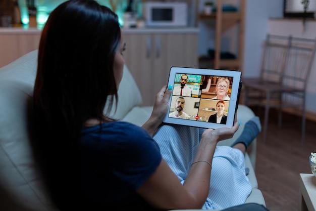 Zakenvrouw die 's avonds laat thuis werkt met tablet