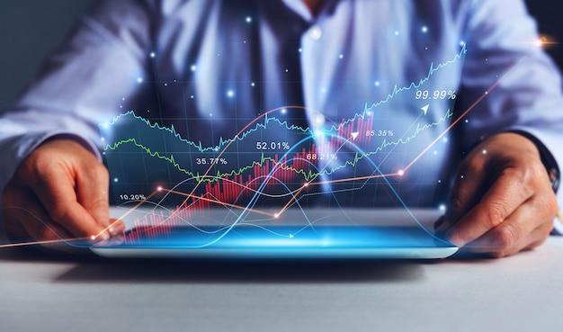 Zakenvrouw die tablet vasthoudt met een verhoging van de financiële grafiek virtueel hologram van statistieken bu