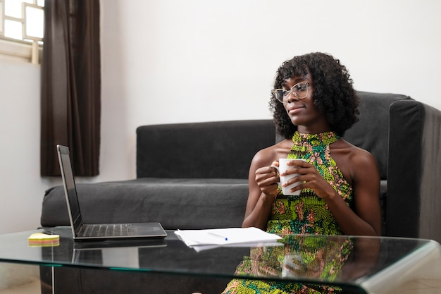 Zakenvrouw die thuis online werkt