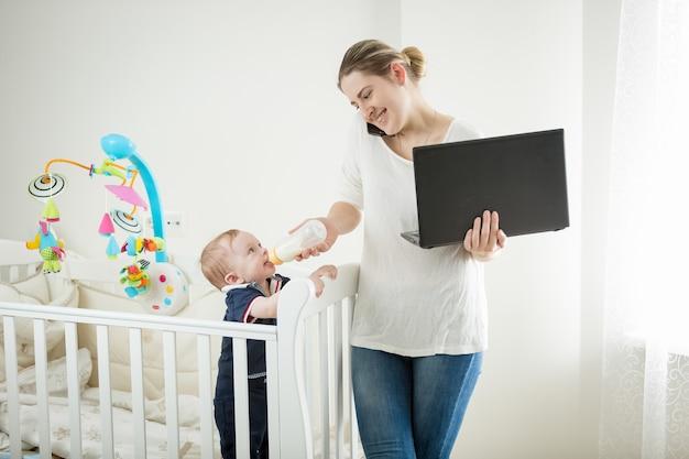 Zakenvrouw die thuis werkt met haar baby